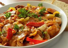 Uzené kuřecí stehno s klobásou v čínském zelí recept