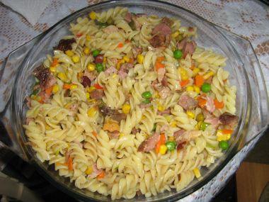 Těstoviny s uzeným masem a kukuřicí