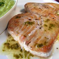 Minutkový tuňák s máslovo-bylinkovým přelivem recept