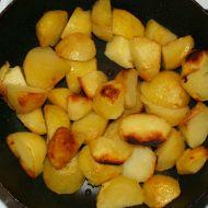 Smažené brambory s jemným párkem recept