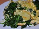 Zapečené brambory s kuřecím masem, omáčkou z nivy a špenátem ...