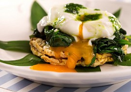 Ztracené vejce na mladém špenátu s kukuřičnými Cornies recept ...