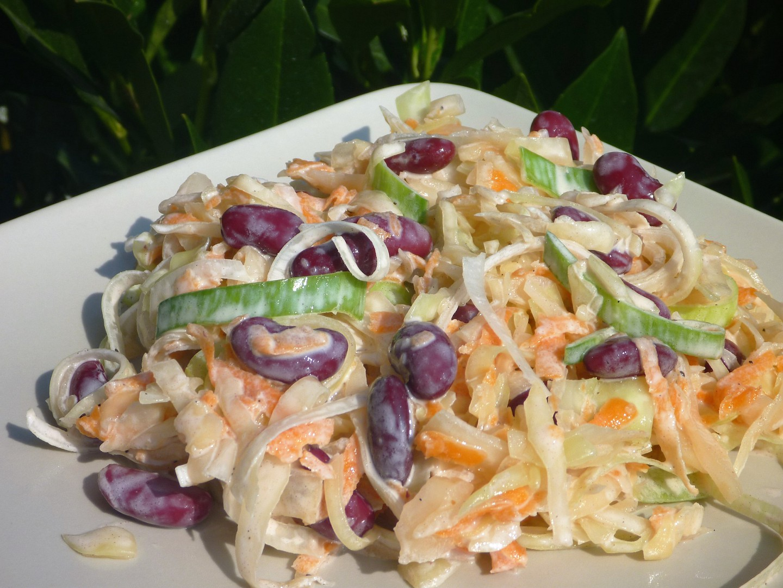 Zelný salát s fazolemi, pórkem a mrkví recept