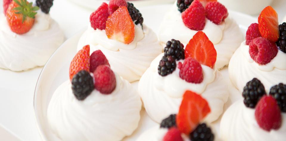 Sněhové pusinky s krémem a čerstvým ovocem