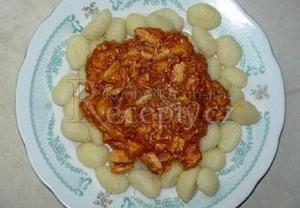 Gnocchi s kuřecím masem a boloňskou omáčkou
