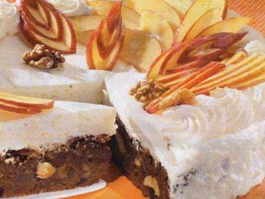 Čokoládový dort s jablky a šlehačkou