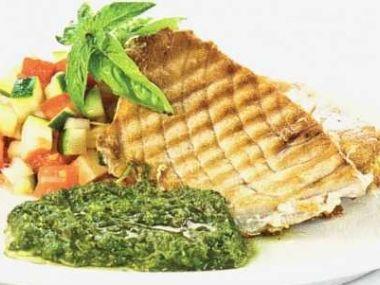 Steak z tuňáka s bazalkovým pestem