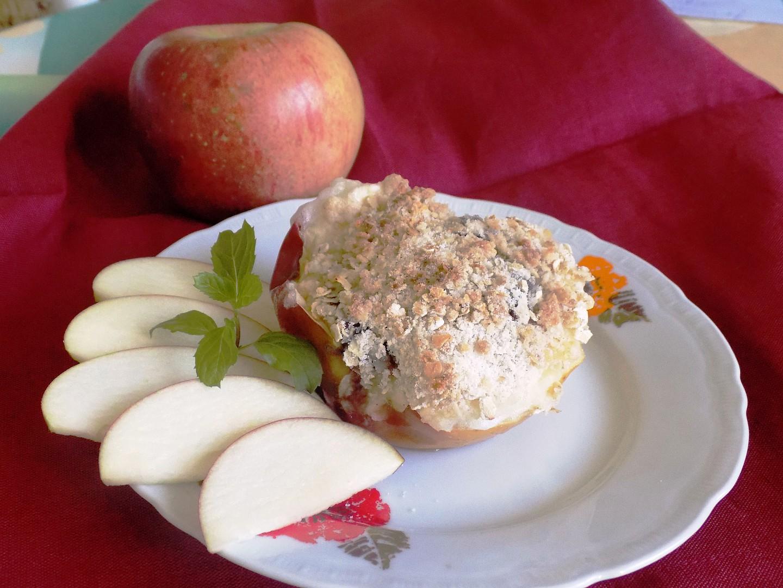 Pečená jablka s ostružinovým džemem a vločkovou drobenkou ...
