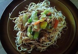 Smažené čínské nudle s kuřecím masem a zeleninou recept ...