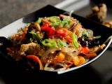 Japchae  korejské nudle se zeleninou, houbami a krůtím masem ...