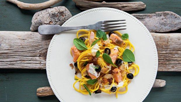 Špagety s lososem, černými olivami a polníčkem