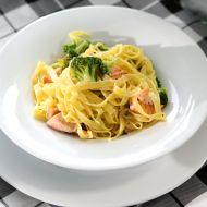 Pasta s brokolicí a kousky lososa recept