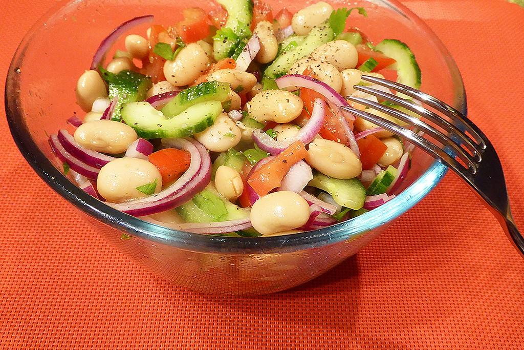 Okurkový salát s bílými fazolemi a rajčaty recept