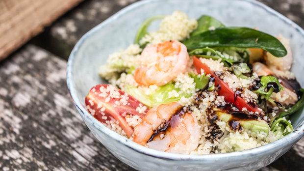 Letní salát s kuskusem a krevetami