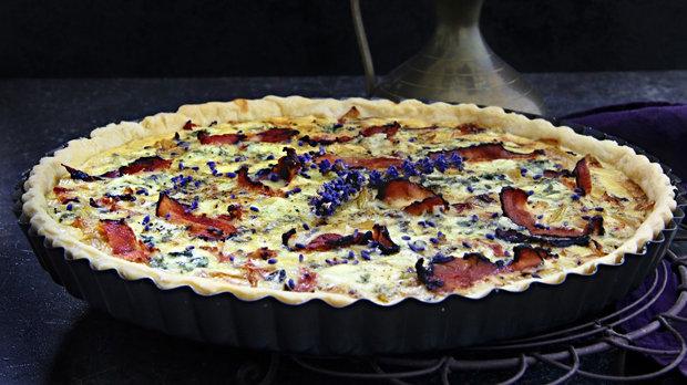 Cibulový quiche s gorgonzolou, slaninou a levandulí