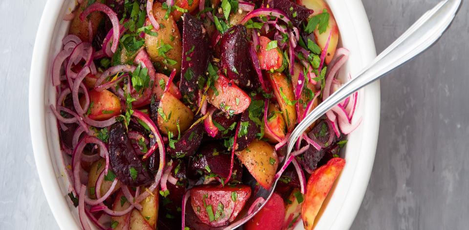 Salát z brambor, červené řepy a červené cibule