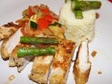 Sezamovo-polentové kuřecí řízky s chřestem a zeleninou recept ...