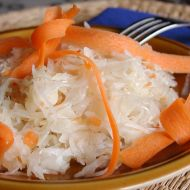 Pikantní salát z kysaného zelí recept