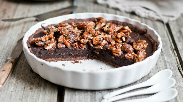 Koláč se slanou čokoládou a pekanovými ořechy