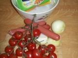 Salát s rajčaty, cibulí a párky recept