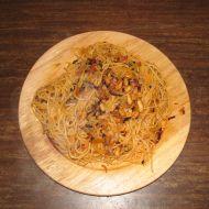 Špagety s arašídy a slaninou recept