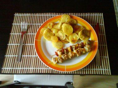 Kuřecí špíz se sušenými rajčaty a houbovou omáčkou