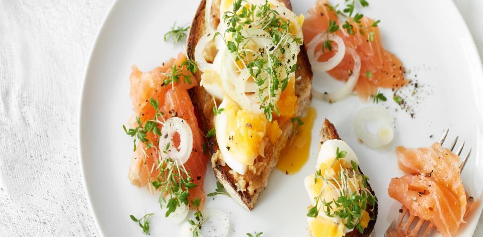 Uzený losos a vejce s česnekem a nakládanou cibulí