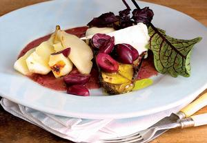 Teplý pečený lilek a hruškový salát s olivami