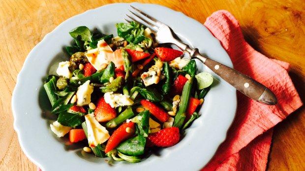 S Klárou v kuchyni: Chřestový salát s jahodami a sýrem