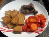 Grilované kančí maso na bylinkách, pečená zelenina a mini topinky ...