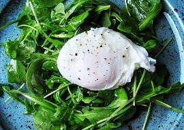 Rukolový salát se ztraceným vejce recept