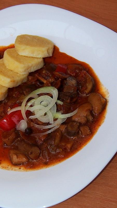 Houbový guláš s paprikou a rajčetem recept