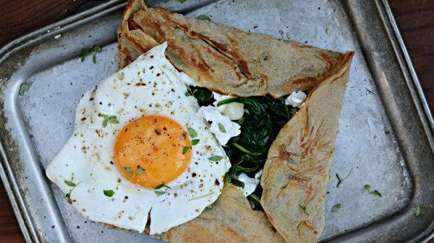 Pohanková palačinka se špenátem a kozím sýrem