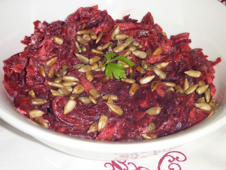 Salát z červené řepy se slunečnicí recept