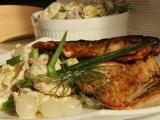 Bramborový salát s cibulkami a pečenou makrelou recept ...