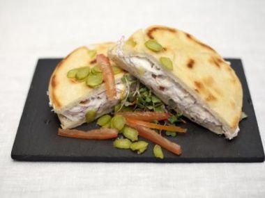 Sendvič s tuňákem a sýrem v domácím pita chlebu