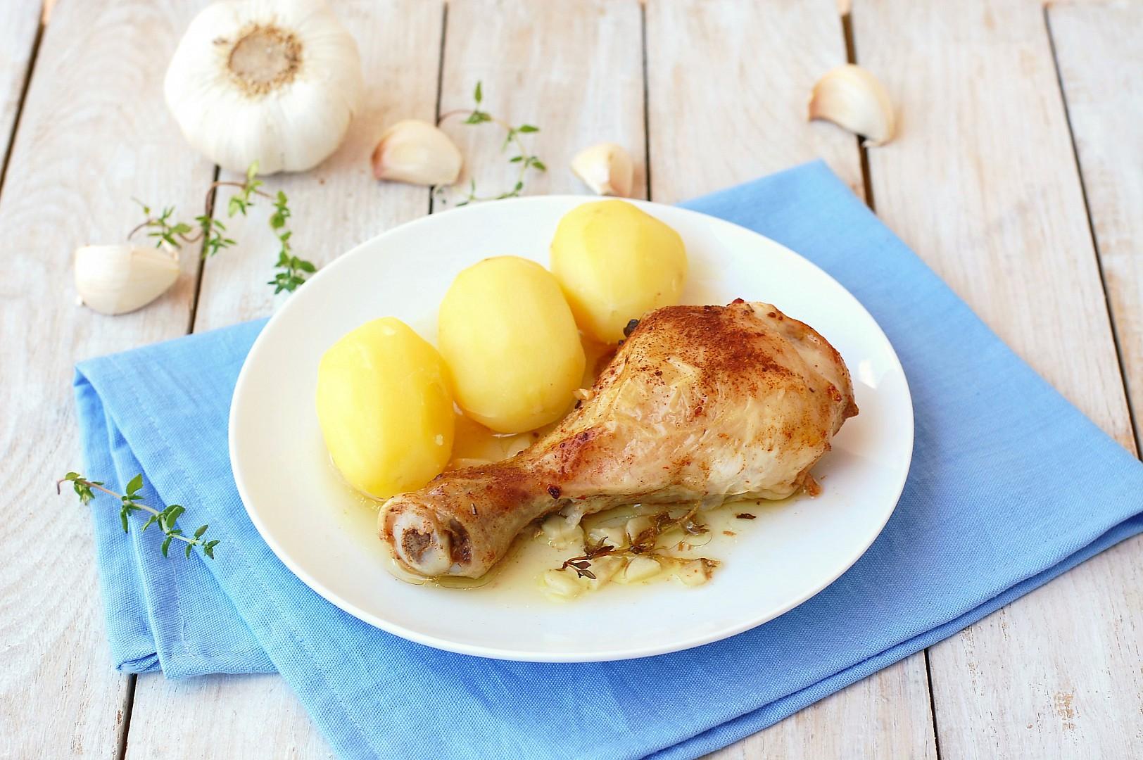 Pečené kuřecí stehno na česneku a tymiánu s brambory recept ...
