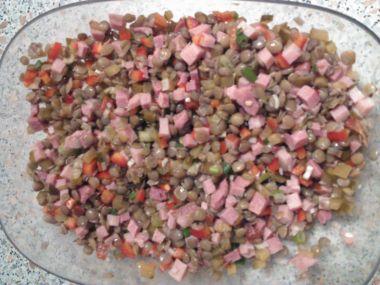 Teplý salát ze zelené čočky