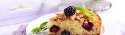 Drobenkový  koláč s ostružinami a jablky