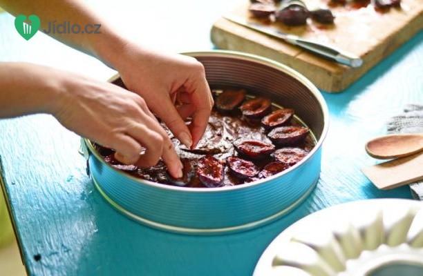 Čokoládový dort se švestkami a oříšky recept