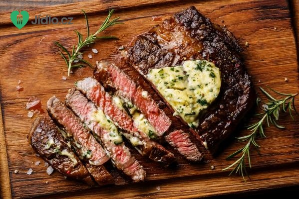 Biftek s bylinkovým máslem na grilu recept