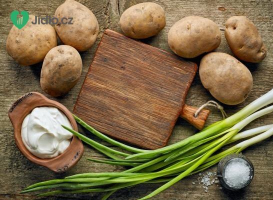 Bramborový salát s jarní cibulkou a česnekem recept