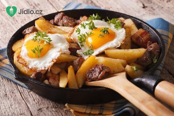 Brambory se slaninou, kukuřicí a vejcem recept