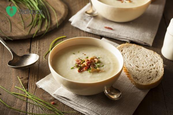 Celerový krém s uzeným tempehem a pečenou bramborou recept