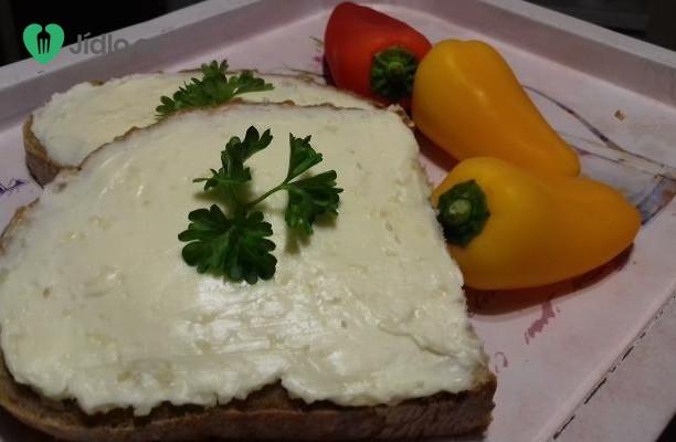 Česneková pomazánka s čerstvým chlebem a zeleninou recept