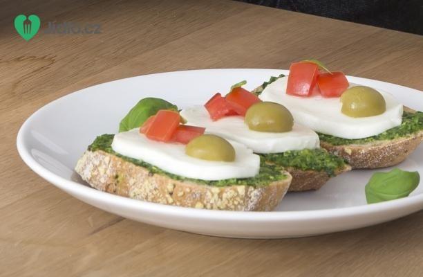 Chlebíček s mozzarellou a bazalkovým pestem recept