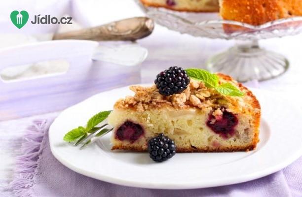 Drobenkový  koláč s ostružinami a jablky recept