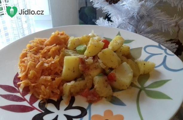 Dušená mrkev a opečené brambory na cibulce s cherry rajčátky recept