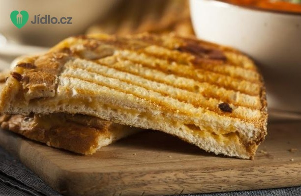 Grilovaný toust se sýrem a cibulí recept