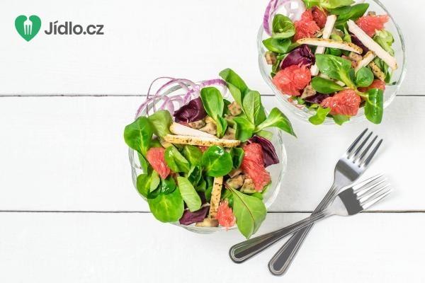 Jarní salát s grapefruitem a ořechy recept